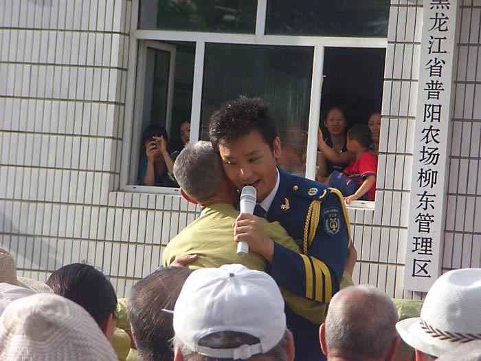 刘和刚的一曲《父亲》让人感动,当他与老兵拥抱时,我激动得盈然欲