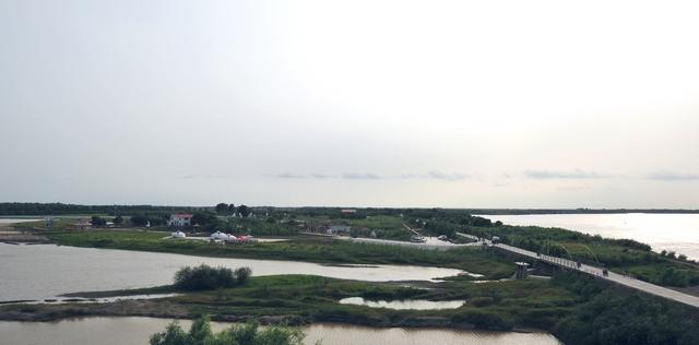 由绥滨县投资8000余万元建成一处旅游景点,以原生态为主,名叫:月牙湖.